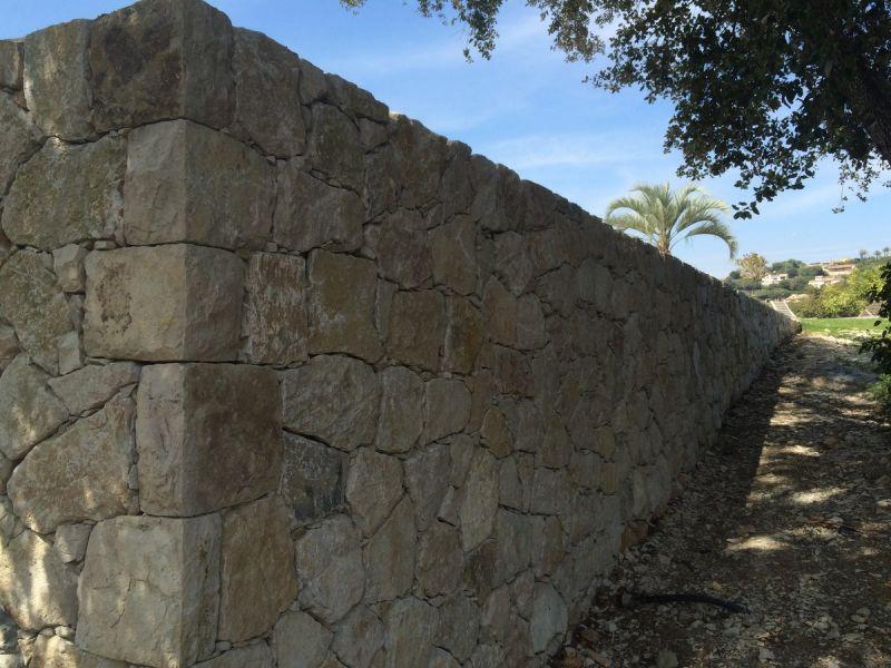 Mur de sout nement en pierres s che la colle sur loup construction et r novation de maison - Mur soutenement pierre ...